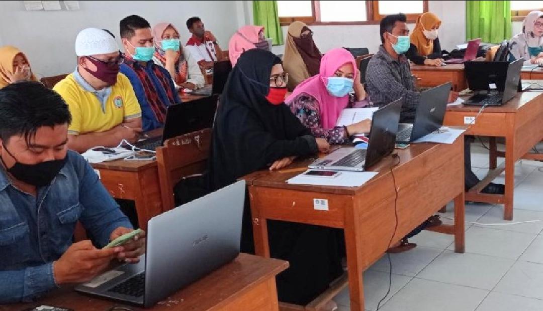 Puluhan guru sekolah dasar di Kendari saat mengikuti simulasi UBKD. Foto: Istimewa
