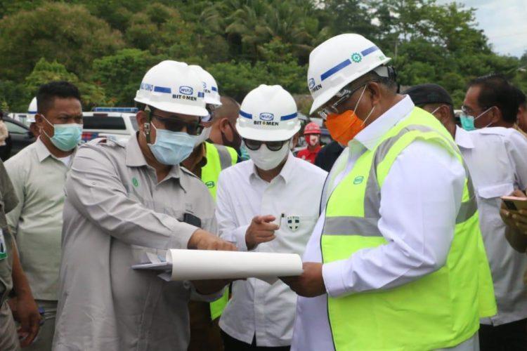 Ali Mazi bersama tim Komenko Marves mengunjungi pertambangan aspal PT Wijaya Karya Bitumen. Foto: Syahrir/Kominfo Sultra