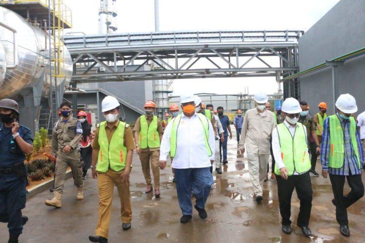 Ali Mazi bersama tim Komenko Marves mengunjungi pabrik aspal PT Kartika Prima Abadi. Foto: Ewit/Kominfo Sultra