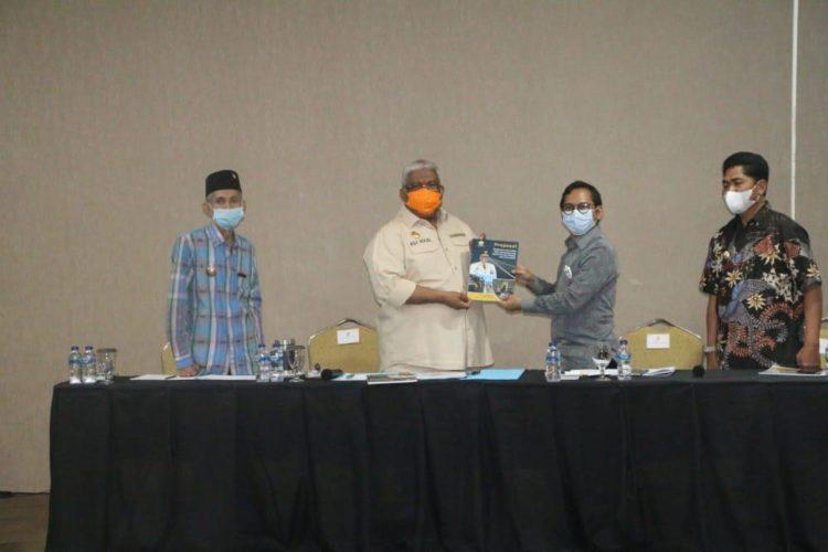 Gubernur Sultra memberikan buku karangannya kepada Deputi Kemenko Marves. Foto: Syahrir/Kominfo Sultra