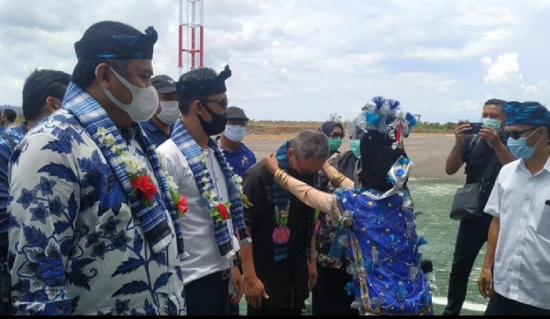 Pengalungan bunga kepada Rachmad Gobel dan rombongannya di bandara Matahora. Foto: Deni La Ode Bono